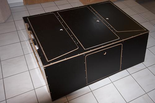 Die Box zusammengebaut von vorn aus gesehen. Sie wiegt ca. 23 kg.