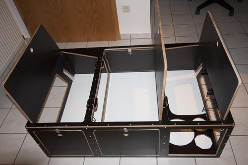 Die Box aufgeklappt - so kann man sie einfach hinten in den Tepee heineinstellen.