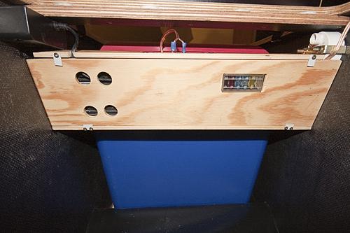 Die Elektrik hat unter dem Steg zwischen den beiden Klappen der vorderen Box Platz. Dahinter steht die Kühlbox.